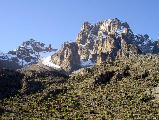 Der schneebedeckte Gipfel des Mount Kenya in Kenia