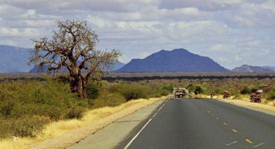 Straße führt von Nairobi aus direkt in den afrikanischen Busch