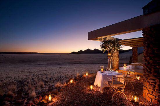 Um jantar intimista com vistas espetaculares é uma das experiências a serem desfrutadas em Sossusvlei Desert Lodge
