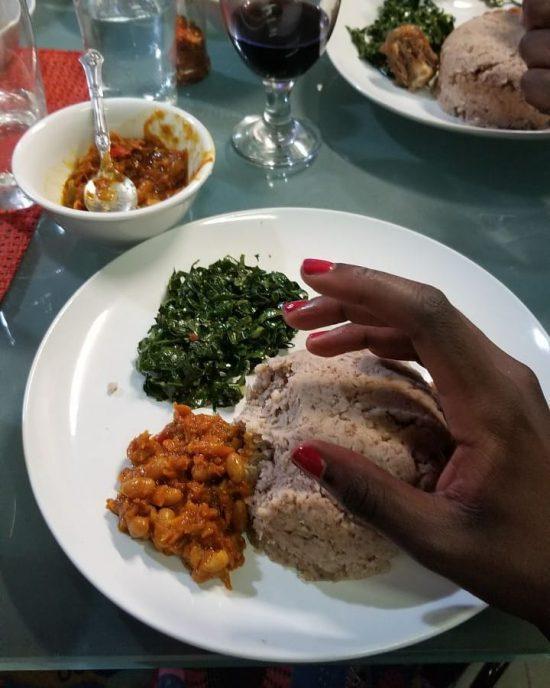 Cliente pronta para atacar refeição do Pahari African Restaurant.