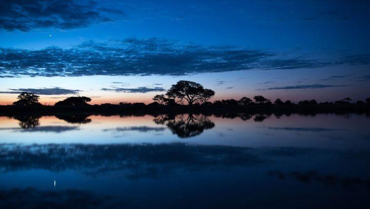 Magnifique coucher de soleil bleu sur le fleuve Zambèze au Zimbabwe.