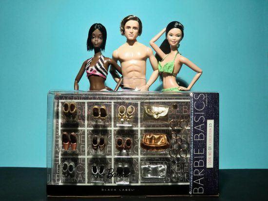 Zwei Barbiepuppen und ein Barbie-Ken