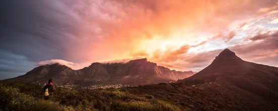 Der Tafelberg und Lion's Head, dahinter der Sonnenuntergang