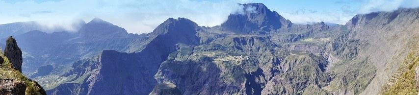 Grüne Bergkette auf La Réunion
