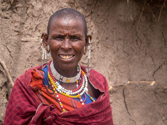 Eine Massai-Frau mit Perlen