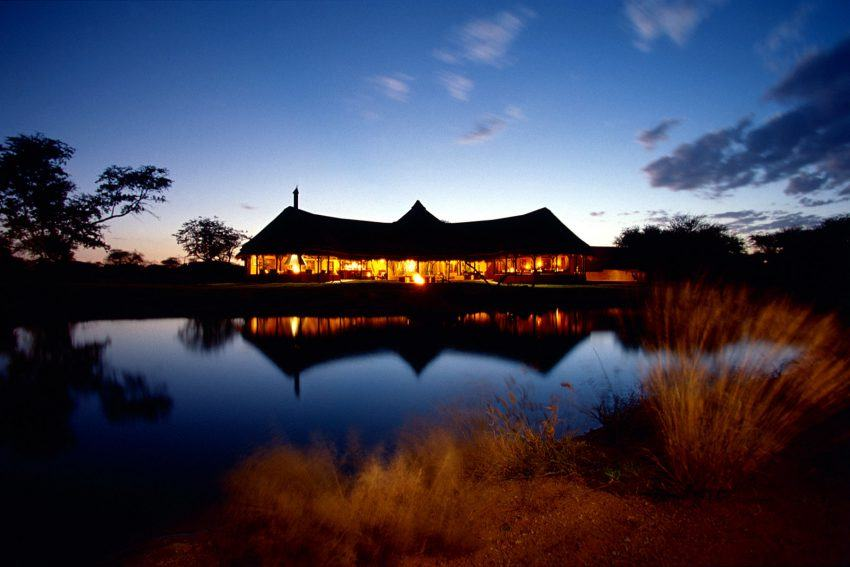 Okonjima Luxury Bush Camp in der Dämmerung