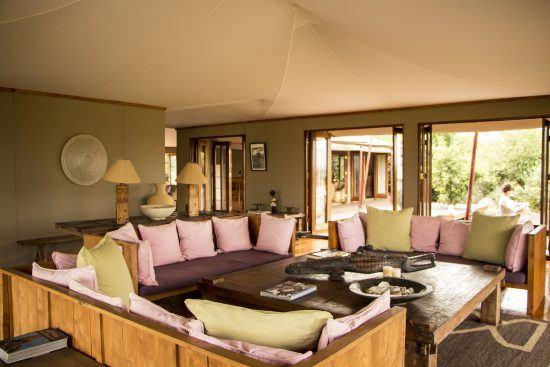 Drei Couches und viele bunte Kissen im Loungebereich der Lodge