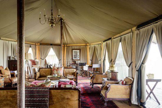 Ein Zimmer mi vielen Möbeln aus den 1920ern in Tansania