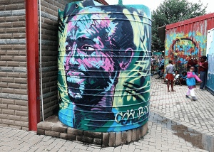 oeuvre de street art réalisée sur une citerne dans un township