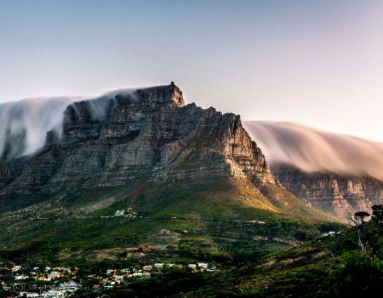 Table Mountain exercendo seu domínio sobre o horizonte da Cidade do Cabo
