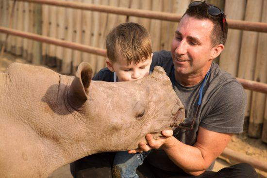 David Ryan und Sohn mit einem jungen Nashorn