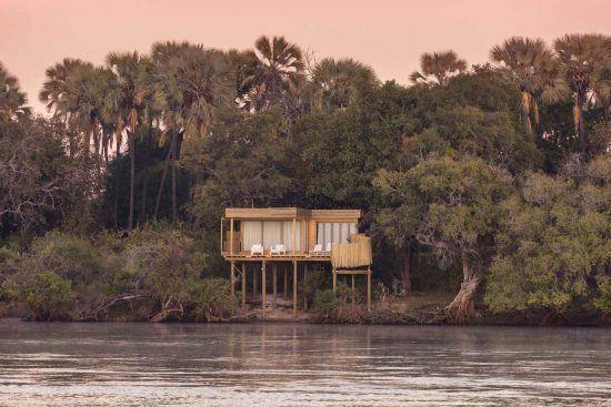 Eine Baumhaus-Suite der Victoria Falls Island Lodge in malerischer Kulisse am Ufer des Sambesi