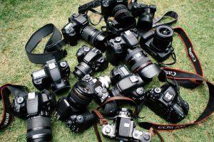 Verschiedene Kameras auf einem grünen Untergrund