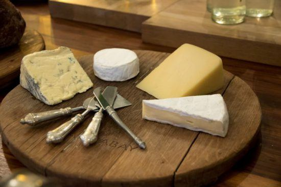 Tábua de queijos servida durante o café da manhã de MannaBay