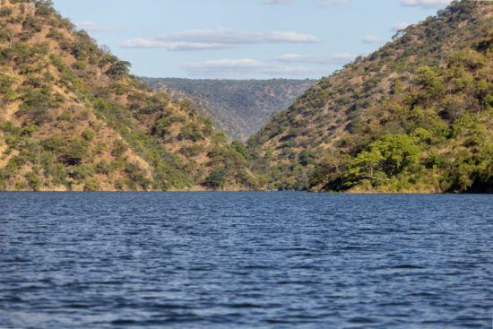 Grüne Berge rund um das blaue Wasser des Lake Kariba