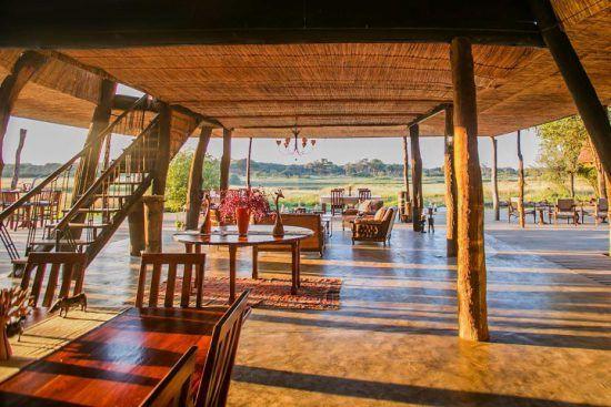 Lichtgefluteter Gemeinschaftsbereich der Safari-Unterkunft The Hide