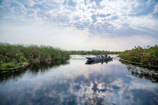 Eine Bootsfahrt auf dem Wasser im Okavango Delta in Botswana