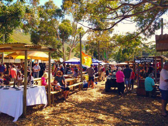 Hermanus Country Market, onde os habitantes da cidadezinha se reúnem para prestigiar a cultura e produtos locais. Foto: Facebook de Hermanus Country Market