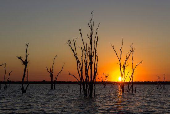 Sonnenuntergang über dem Lake Kariba zwischen Simbabwe und Sambia