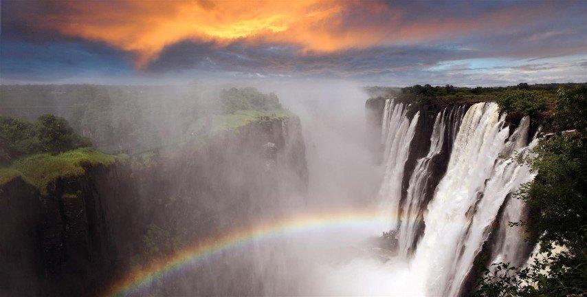 Calendrier de voyage africain: La brume s'élève majestueusement des chutes Victoria