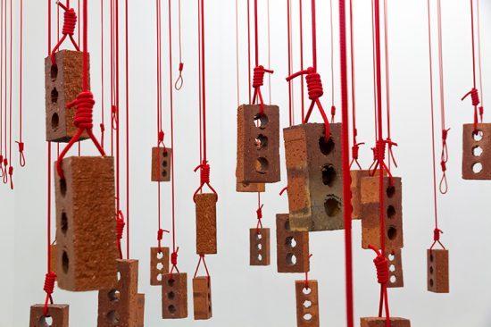 """""""Hanging Piece"""" de Kendell Geers"""