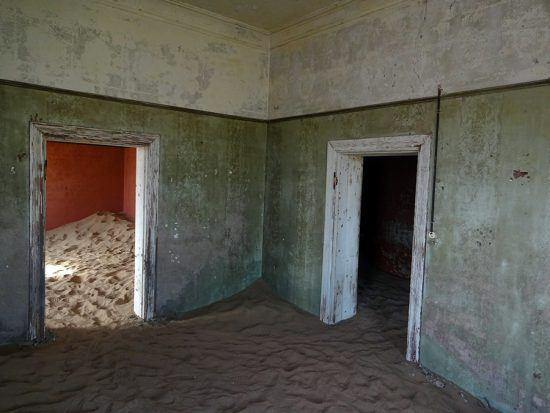 Kolmanskop é uma cidade fantasma no Namibe, no sul da Namíbia, a 10 quilômetros da cidade portuária de Lüderitz