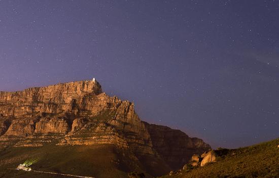 Table Mountain durante noite estrelada