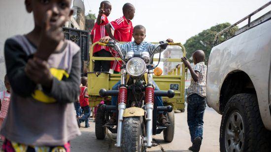 Kinder auf einem motorradähnlichen Fahrzeug in Brazzaville