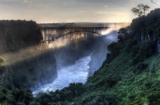 Cataratas Vitória, localizada no rio Zambeze, na fronteira entre a Zâmbia e o Zimbabué