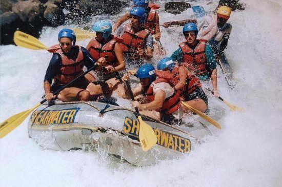 Eine Gruppe beim Wildwasser-Rafting auf dem Sambesi
