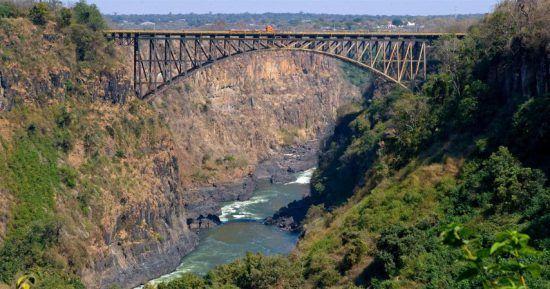 Von der Victoria Falls Bridge wird Bungeespringen angeboten