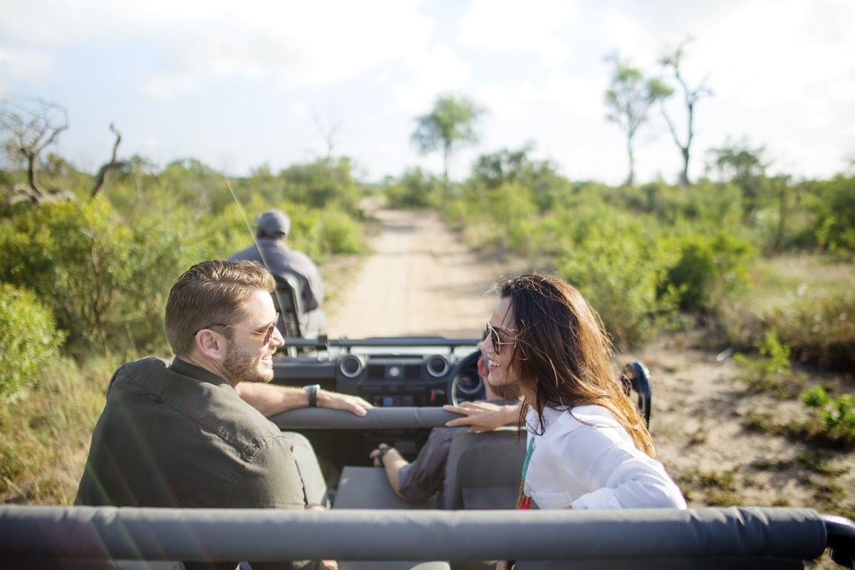 Ein Paar auf Pirschfahrt im Sabi Sand Game Reserve
