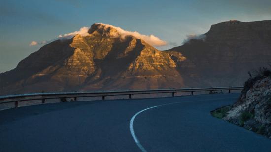 Devil's Peak iluminado pelo sol é visto durante viagem de carro