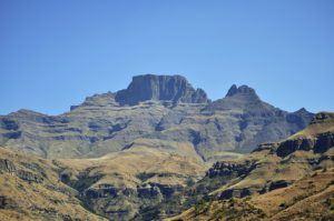 Die Drakensberge in einem sanften Grünton