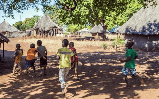 Crianças brincam no vilarejo Mukuni