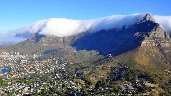 Table Mountain cubierta por un manto de nubes.