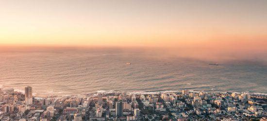 Blick vom Signal Hill in Kapstadt auf den Sonnenuntergang über Sea Point