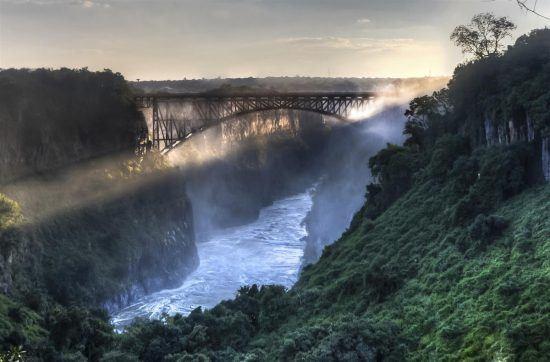 Victoria Falls Brücke über den tosenden Victoria-Fällen