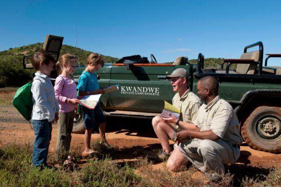 Guides im Kwandwe Private Game Reserve zeigen Kindern den südafrikanischen Busch