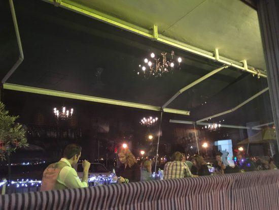 Restaurantes e bares com vista para o mar são o centro da vida noturna em Gordon's Bay