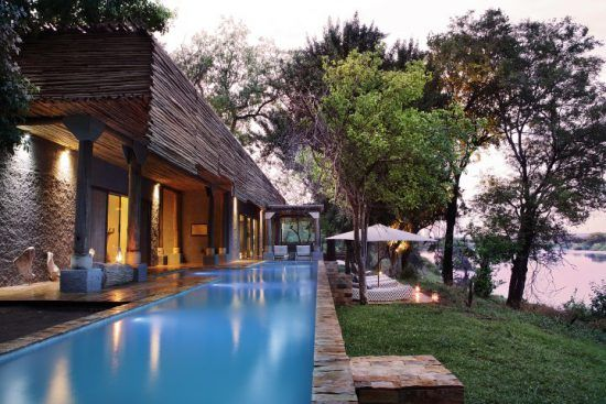 Pool der Matetsi River Lodge am Ufer des Sambesi