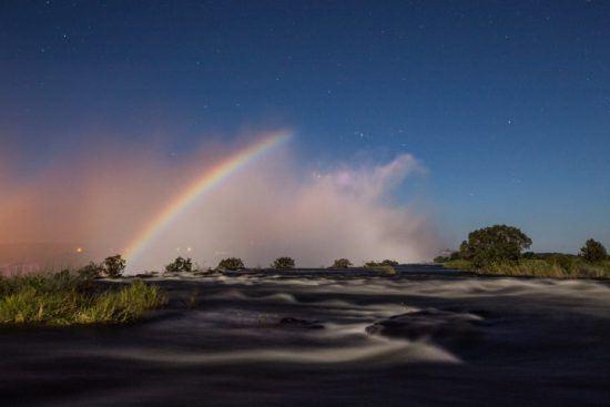 Regenbogen bei Mondschein über den Victoria-Fällen