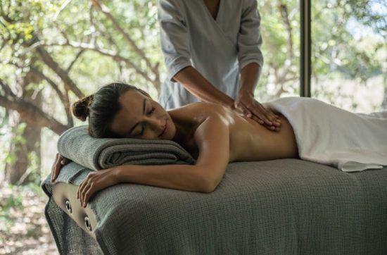 Eine Frau genießt eine Massage in der Silvan Safari Lodge