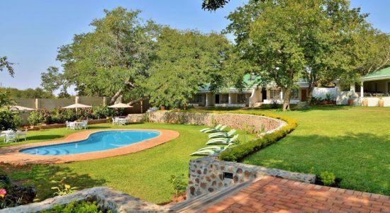 Grüner Garten mit Pool der Batonka Guest Lodge