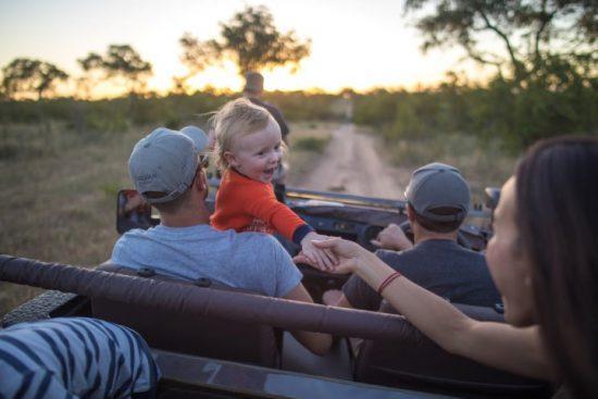 Reisen nach Covid-19-Krise: Familie mit Kind auf einer Pirschfahrt im Sabi Sand Game Reserve