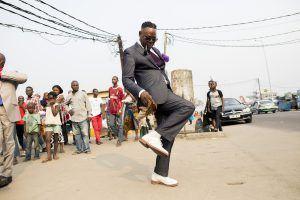 Afrique de l'Ouest   Sapeur dançant dans les rues de Brazzaville