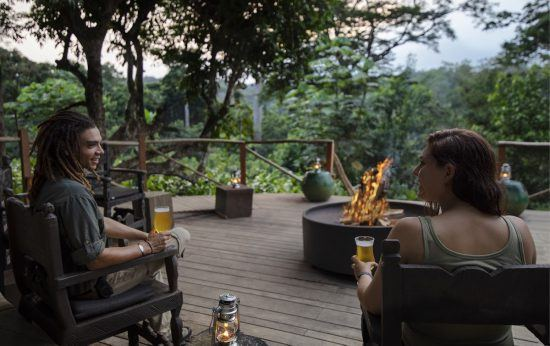 Ein Paar am Lagerfeuer im Regenwald der Republik Kongo in Westafrika
