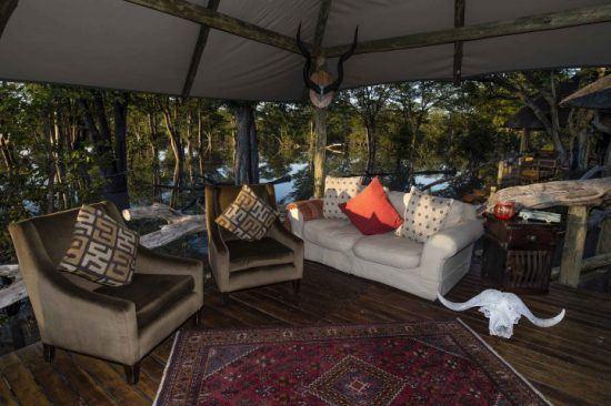 Der gemütliche Gemeinschaftsbereich des Hyena Pan Tented Camp in Botswana