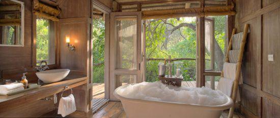 Badezimmer mit Schaumbad in der Lake Manyara Tree Lodge