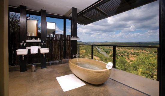 Eines der privaten Badezimmer in der Safari-Lodge The Outpost